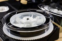 Εικόνα στην τηλεοπτική ταινία Ταινία μαγνητοταινιών που τυλίγεται στα στροφία Ξύλινο Tabl Στοκ εικόνα με δικαίωμα ελεύθερης χρήσης