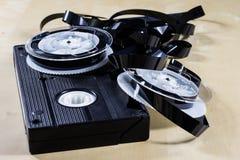 Εικόνα στην τηλεοπτική ταινία Ταινία μαγνητοταινιών που τυλίγεται στα στροφία Ξύλινο Tabl Στοκ εικόνες με δικαίωμα ελεύθερης χρήσης