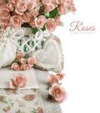 Εικόνα συνόρων με πολλές ρόδινα τριαντάφυλλα και γεμισμένη καρδιά στο λευκό Στοκ Εικόνα