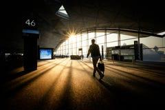 Εικόνα ταξιδιού του επιχειρηματία στο επιχειρησιακό κοστούμι που περπατά με τη βαλίτσα στον αερολιμένα στοκ φωτογραφίες