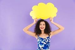 Εικόνα της γοητείας της ευτυχούς γυναίκας με τη σγουρή τρίχα στο φόρεμα που χαμογελά το α στοκ εικόνα με δικαίωμα ελεύθερης χρήσης