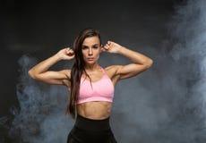 Εικόνα της γυναίκας ικανότητας στον αθλητισμό που ντύνει στον καπνό Νέο θηλυκό πρότυπο με το μυϊκό σώμα Στοκ φωτογραφία με δικαίωμα ελεύθερης χρήσης