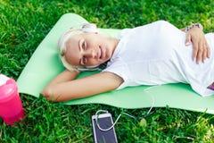 Εικόνα της γυναίκας στα ακουστικά στην κουβέρτα Στοκ φωτογραφία με δικαίωμα ελεύθερης χρήσης