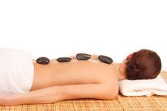 Εικόνα της γυναίκας στο σαλόνι SPA με τις καυτές πέτρες στοκ εικόνα με δικαίωμα ελεύθερης χρήσης