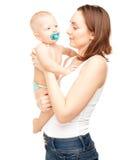 Εικόνα της ευτυχούς μητέρας το λατρευτό μωρό που απομονώνεται με Στοκ φωτογραφία με δικαίωμα ελεύθερης χρήσης