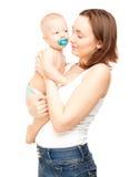 Εικόνα της ευτυχούς μητέρας το λατρευτό μωρό που απομονώνεται με Στοκ Εικόνες