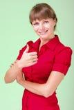 Εικόνα της ελκυστικής γυναίκας που παρουσιάζει thumbsup στοκ εικόνες