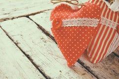 Εικόνα της ζωηρόχρωμης καρδιάς υφάσματος στον ξύλινο πίνακα Έννοια εορτασμού ημέρας βαλεντίνου στοκ φωτογραφία