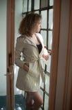 Εικόνα της καλής προκλητικής γυναίκας Μοντέρνο νέο κορίτσι στο παλτό Λεπτό νέο πρότυπο που φορά το άσπρο κοντό παλτό Πορτρέτο του Στοκ εικόνα με δικαίωμα ελεύθερης χρήσης