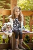 Εικόνα της καλής τοποθέτησης κοριτσιών με το κουτάβι χασμουρητού Στοκ Εικόνες