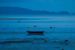Εικόνα της κενής μακριάς βάρκας ουρών στην τροπική παραλία τη νύχτα Νησί pe λι Ko οριζόντιος Στοκ εικόνες με δικαίωμα ελεύθερης χρήσης