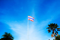 Εικόνα της κυματίζοντας ταϊλανδικής σημαίας της Ταϊλάνδης με το υπόβαθρο μπλε ουρανού Στοκ εικόνες με δικαίωμα ελεύθερης χρήσης