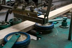 Εικόνα της κόλλας που εφαρμόζεται στην ξυλεία για την παραγωγή Στοκ Φωτογραφία