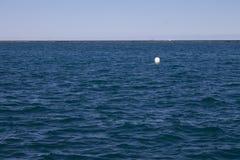 Εικόνα της λίμνης από την ακτή στοκ εικόνες με δικαίωμα ελεύθερης χρήσης