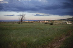Εικόνα της πόλης και των προαστίων, του ουρανού, των σύννεφων και της βροχής στην απόσταση Στοκ εικόνα με δικαίωμα ελεύθερης χρήσης
