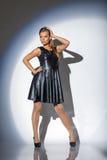 Εικόνα της συναισθηματικής τοποθέτησης κοριτσιών στο σκούρο μπλε φόρεμα στοκ φωτογραφία