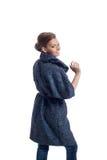 Εικόνα της τοποθέτησης γυναικών χαμόγελου στο μοντέρνο παλτό στοκ εικόνες