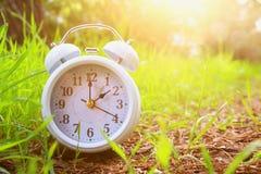 Εικόνα της χρονικής αλλαγής άνοιξη Θερινή πίσω έννοια Εκλεκτής ποιότητας ξυπνητήρι υπαίθρια Στοκ φωτογραφία με δικαίωμα ελεύθερης χρήσης