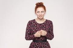 Εικόνα της όμορφης ντροπαλής συνεσταλμένης redhead γυναίκας, το πρόσωπό της που είναι fri στοκ φωτογραφία με δικαίωμα ελεύθερης χρήσης