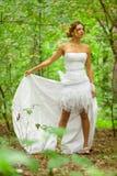 Εικόνα της όμορφης νύφης στο άσπρο γαμήλιο φόρεμα στοκ φωτογραφίες