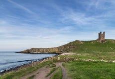 Εικόνα τοπίων Dunstanburgh Castle στο coastli της Northumberland Στοκ Εικόνες