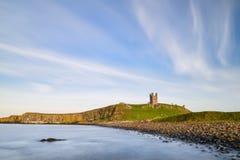 Εικόνα τοπίων Dunstanburgh Castle στο coastli της Northumberland Στοκ Φωτογραφίες