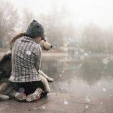 Εικόνα του αγκαλιάσματος νέων κοριτσιών το σκυλί της, από την Αλάσκα malamute, υπαίθριο στοκ εικόνες