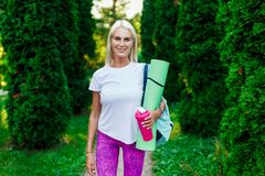 Εικόνα του αθλητισμού ξανθού με την κουβέρτα Στοκ Εικόνες