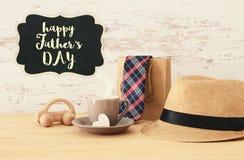 Εικόνα του αρσενικού καπέλου fedora, φλυτζάνι του καυτού παιχνιδιού ο καφέ ή τσαγιού και αυτοκινήτων Στοκ Εικόνες