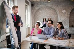 Εικόνα του αρχιτέκτονα που κάνει την παρουσίαση στους συναδέλφους της Στοκ εικόνες με δικαίωμα ελεύθερης χρήσης