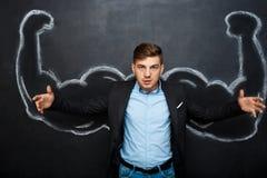 Εικόνα του αστείου ατόμου με τα πλαστά όπλα μυών στοκ φωτογραφία