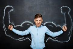 Εικόνα του αστείου ατόμου με τα πλαστά όπλα μυών Στοκ Εικόνα