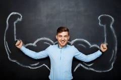 Εικόνα του αστείου ευτυχούς ατόμου με τα πλαστά όπλα μυών στοκ εικόνα με δικαίωμα ελεύθερης χρήσης
