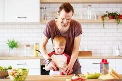 Εικόνα του ατόμου με τα μαγειρεύοντας λαχανικά γιων Στοκ εικόνα με δικαίωμα ελεύθερης χρήσης