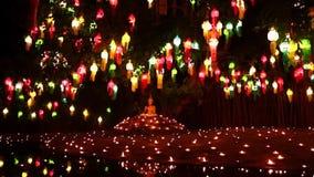 Εικόνα του Βούδα ζουμ φω'των κεριών έξω απόθεμα βίντεο