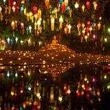 Εικόνα του Βούδα που περιβάλλεται από τα κεριά και ζωηρόχρωμη Στοκ Εικόνες
