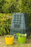 Εικόνα του δοχείου λιπάσματος στον κήπο στοκ φωτογραφίες