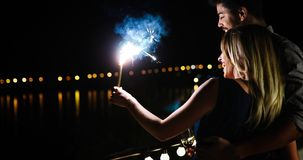 Εικόνα του ευτυχούς σπινθηρίσματος καψίματος εκμετάλλευσης ζευγών Στοκ φωτογραφία με δικαίωμα ελεύθερης χρήσης