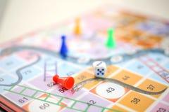 Εικόνα του ζωηρόχρωμου επιτραπέζιου παιχνιδιού φιδιών και σκαλών διανυσματική απεικόνιση