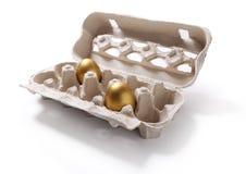 Εικόνα του κιβωτίου cafdboard με δύο χρυσά αυγά που απομονώνεται στο λευκό Στοκ Φωτογραφία