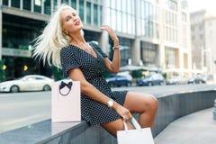 Εικόνα του κοριτσιού με τις αγορές Στοκ φωτογραφία με δικαίωμα ελεύθερης χρήσης