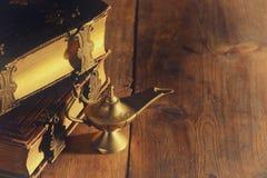 Εικόνα του μαγικού λαμπτήρα aladdin και των παλαιών βιβλίων Λαμπτήρας των επιθυμιών Στοκ Εικόνες