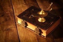 Εικόνα του μαγικού λαμπτήρα aladdin και των παλαιών βιβλίων Λαμπτήρας των επιθυμιών Στοκ Φωτογραφίες