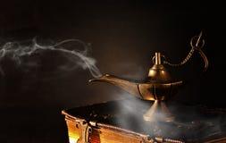 Εικόνα του μαγικού λαμπτήρα aladdin στα παλαιά βιβλία Λαμπτήρας των επιθυμιών Στοκ Φωτογραφία