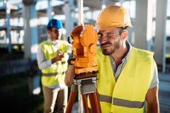 Εικόνα του μηχανικού κατασκευής που λειτουργεί στο εργοτάξιο Στοκ Εικόνες