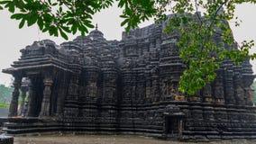 Εικόνα του ναού Ambreshwar Shiv στη δυνατή βροχή, πλήρης πυροβοληθείς, ιστορικός ινδός ναός 11ος-αιώνα Στοκ Εικόνες