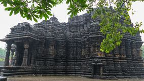 Εικόνα του ναού Ambreshwar Shiv στη δυνατή βροχή, πλήρης πυροβοληθείς, ιστορικός ινδός ναός 11ος-αιώνα Στοκ εικόνα με δικαίωμα ελεύθερης χρήσης