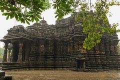 Εικόνα του ναού Ambreshwar Shiv στη δυνατή βροχή, πλήρης πυροβοληθείς, ιστορικός ινδός ναός 11ος-αιώνα Στοκ Εικόνα