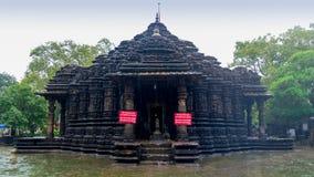 Εικόνα του ναού Ambreshwar Shiv στη δυνατή βροχή, πλήρης πυροβοληθείς, ιστορικός ινδός ναός 11ος-αιώνα Στοκ Φωτογραφίες