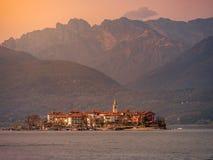 Εικόνα του νησιού borromeo στη λίμνη maggiorte κατά τη διάρκεια του ηλιοβασιλέματος στοκ εικόνα με δικαίωμα ελεύθερης χρήσης